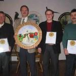 Überreichung einer Ehrenscheibe zur Einweihung der neuen Stände durch den Bürgermeister Roland Kempfle